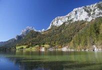 Germany, Bavaria, Ramsau, View of Reitertalpe mountain with Hintersee lake — Stock Photo