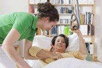 Mulher adulta meada ajudando mulher sênior — Fotografia de Stock