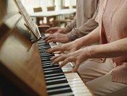 Seniorenpaar spielt im Pflegeheim Klavier — Stockfoto