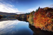Великобритания, Шотландия, Faskally озеро осенью — стоковое фото