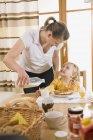 Матері заливки молоко для дочки — стокове фото