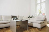 Laptop sul tavolo del soggiorno — Foto stock