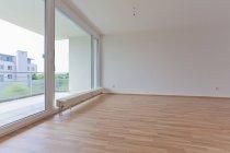 Salon vide intérieur avec balcon — Photo de stock