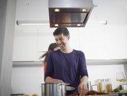 Hombre y mujer cocinando juntos en cocina - foto de stock