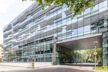 Polonia, Varsovia, ve a la Universidad técnica durante el día - foto de stock