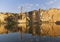 Turquía, Anatolia, Hasankeyf, minarete de la mezquita El Rizk en el río Tigris - foto de stock