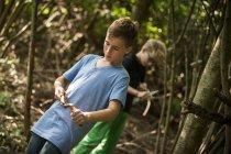 Два мальчика вырезают ветки — стоковое фото