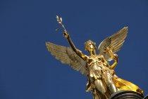 Alemania, Baviera, Munich, Monumento del Ángel de la Paz contra el cielo azul - foto de stock