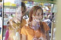 Счастливая молодая пара на ярмарке — стоковое фото