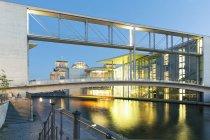 Переглянути скляною спорудою skywalk в сутінки — стокове фото