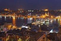 Istanbul nachts beleuchtet — Stockfoto