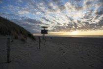 Niederlande, Ouddorp, Attendant Turm am Strand tagsüber — Stockfoto
