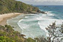 Australie, Nouvelle-Galles du Sud, Byron Bay, réserve naturelle de tête cassée, vue sur baie de brise-lames, rochers et Cape Byron — Photo de stock