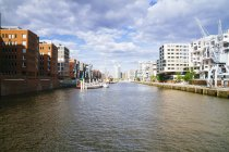 Germany, Hamburg, HafenCity, Sandtorhafen, Modern residential buildings — Stock Photo