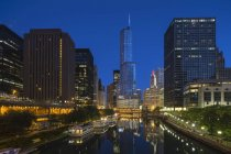 Usa, illinois, Chicago, Hochhäuser, Trumpfturm am Chicago River am Abend — Stockfoto