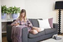 Woman enjoying Sunday morning at home — Stock Photo
