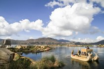 Південної Америки, Перу, Uros людей, що живуть на плавучі острови озеро Тітікака — стокове фото
