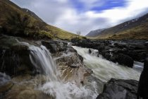 Великобритания, Шотландия, нагорье Глен Коу днем — стоковое фото