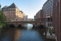 Allemagne, Hambourg, Heiligengeist pont au-dessus de l'eau à la Alsterfleet — Photo de stock