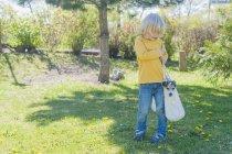 Мальчик, несущий Джека Рассела Терьера — стоковое фото