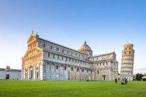 Italie, Toscane, Pise, vue sur la cathédrale et la tour penchée de Pise à la Piazza dei Miracoli — Photo de stock