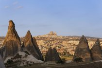 Turkey, Cappadocia, fairy chimneys at Goereme National Park in front of the villages Goereme and Uchisar — Stock Photo