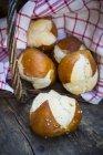 Panier de bretzel roule sur la table en bois — Photo de stock