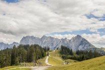 Austria, Gosau, vista a las montañas Dachstein durante el día - foto de stock