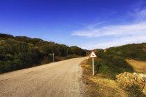 España, Islas Baleares, Menorca, Señal de tráfico en carretera - foto de stock