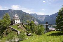 Австрия, Upper Austria, Рэммергут, Халльштадт, озеро Халльштадт-Зее, горный ресторан, башня над зеленой травой — стоковое фото