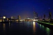 Germania, Brema, Bremerhaven, Bacino portuale, Havenwelten edifici di notte — Foto stock