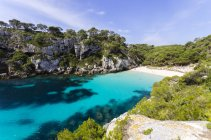 Spain, Balearic Islands, Menorca, Macarella, Cala Macarelleta, Beach with cliff on shore — Stock Photo