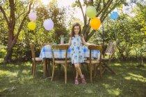Mädchen mit Luftballons im Garten — Stockfoto