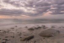 Isla del sur, Tasmania, Nueva Zelanda, Kahurangi punto al atardecer en la playa - foto de stock