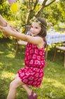 Девушка тянет взрослую руку в саду — стоковое фото