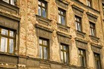 Allemagne, Saxe, Goerlitz, partie de façade d'une maison multifamiliale abandonnée — Photo de stock