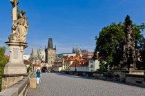 Repubblica Ceca, Praga, Ponte Carlo, Statua di San Luthgard durante il giorno — Foto stock