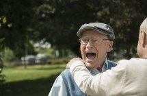 Retrato de hombre feliz que se divierte con su amigo - foto de stock