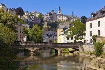 Rivière de l'Alzette et de vieux bâtiments — Photo de stock