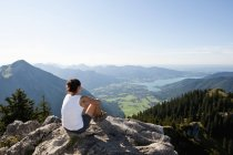Germany, Bavaria, Mid adult woman looking from Bodenschneid to lake Tegernsee — Stock Photo