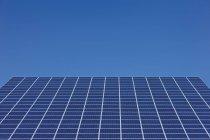 Exibição de painéis solares fotovoltaicos Park no dia, Westerheim, Baviera, Alemanha — Fotografia de Stock