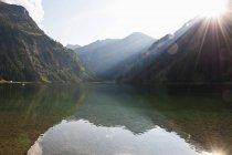 Австрія, видом на озеро Vilsalpsee і пагорбів на тлі — стокове фото
