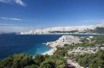 Вид на Bunculuka пляж на острові Крк в денний час, Хорватія — стокове фото