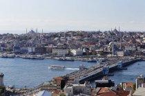 Eminn distrito con la mezquita azul y la mezquita de Nuruosmaniye, cuerno de oro, puente de Gálata, vista, Estambul, Turquía, Europa - foto de stock