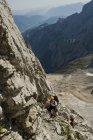 Deutschland, Bayern, Bergsteiger klettern steile Wand — Stockfoto