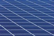 Ansicht der Solar-Panels auf Photovoltaik-Park tagsüber, Westerheim, Bayern, Deutschland — Stockfoto