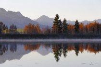 Allemagne, Bavière, vue de Huttler Weiher Lake en couleurs d'automne — Photo de stock