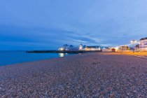 England, Hampshire, Portsmouth, View of beach at South Parade Pier — Stock Photo