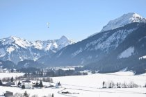 Autriche, parapente survolant les Alpes Tannheim — Photo de stock