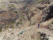 Европа, Испания, зрелая женщина Пешие прогулки в Валье-Гран-Рей — стоковое фото